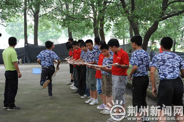 乒乓球接力传递耐心 团队合作是阳光少年制胜法宝