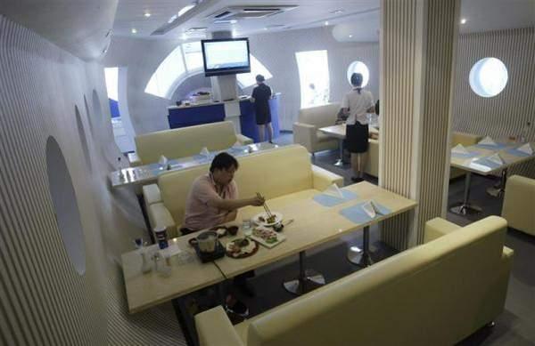"""2009年5月26日,在江苏南京,也有飞机主题餐厅,一名男子正在""""头等舱"""""""