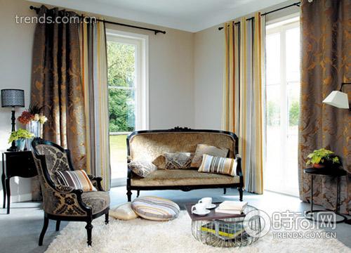 图案 纹样/古典风格的布艺沙发曲线优美,对称分布的花草纹样与几何线条...