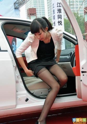 抓拍短裙丝袜美女下车一瞬间!