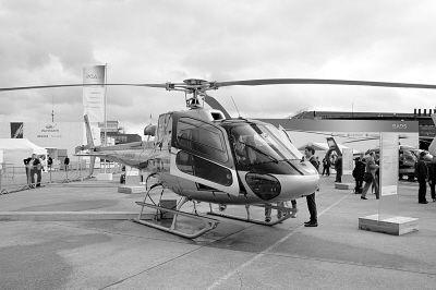 """飞机——瑞士制造的""""太阳驱动""""号和其设计团队前来"""