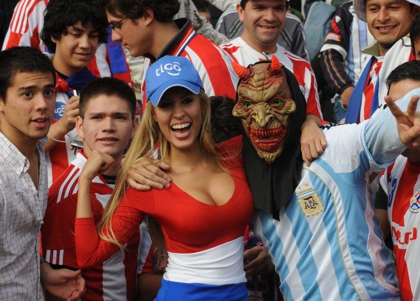 美洲杯看台再现奔放球迷 美女叫板 乳神 图 美