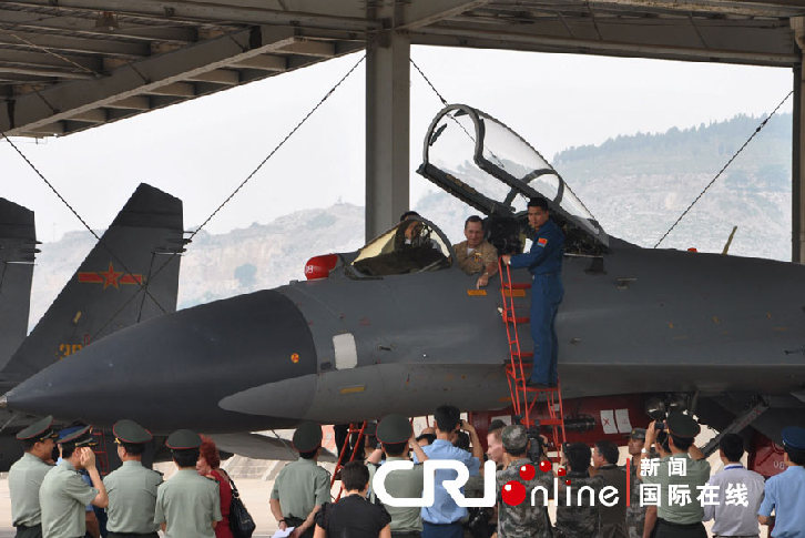 马伦还登上了苏-27飞机驾驶舱,向飞行员询问苏-27战机座舱设备与美方