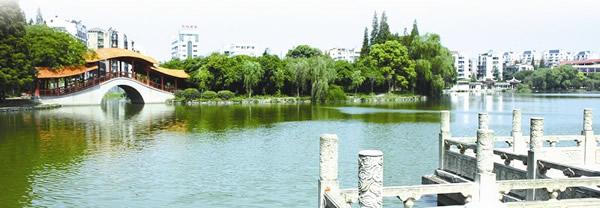 记者手记 这湖风景需要呵护 虽然江津湖存在水质差、垃圾多、死鱼多等问题,但是记者在采访中,也发现了一些好的征兆。由于江津湖附近正在进行改造,江津湖岸边的风景也得到了一定的改善。 昨日,记者来到了沙市中山公园,在西大门内沿着江津湖修建了平整的道路,此处被改建成了绿地,新栽的树木已经长出绿叶。微风拂来,非常宜人。虽已到上午11时,但依然有老人在此处锻炼。 在江津湖西端,原本在湖边经营的餐馆,已经拆除。在江津湖的东端,以前沙市八景之一江津听涛被改为休闲娱乐场所,现在这些沿着湖边经营的茶楼、餐馆等营业场所已经拆