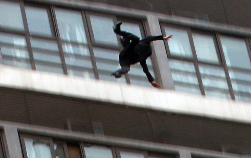女子楼顶坐两小时坠楼身亡|道听图说|荆州新闻