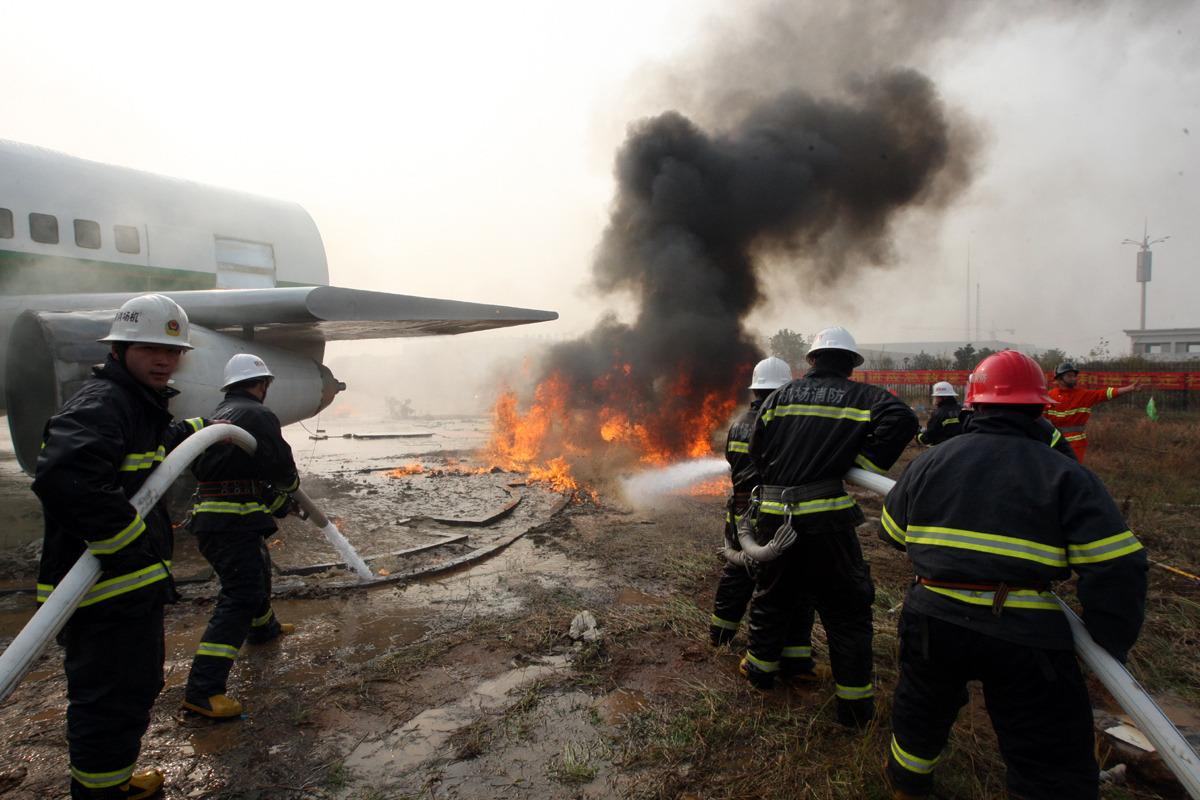 组图:湖北省内首次举行飞机失事灭火救援演习