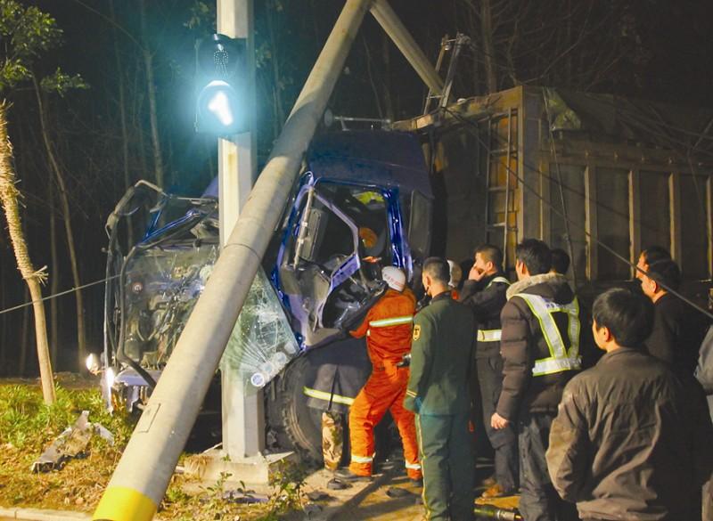 大货车撞断电线杆 司机被卡驾驶室