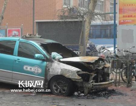 天津一辆出租车突然起火 幸无人员伤亡