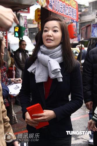 组图:阿雅当街发送500个红包 献爱心祝福同胞