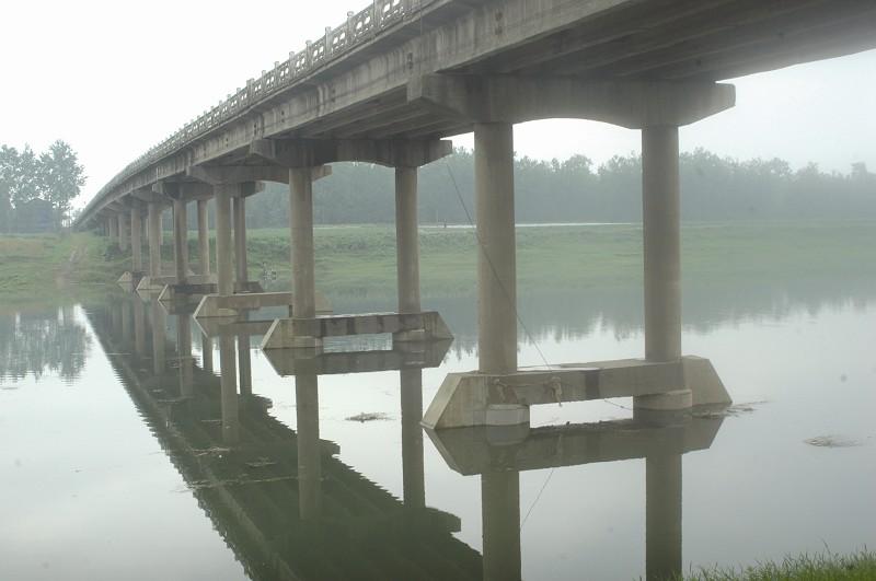 2011年6月2日凌晨5时,省道沙渔线沙道观大桥突发严重病害,穿孔1.5平方米;2012年3月6日,荆州区弥市大桥桥面出现纵向裂缝10余米,下陷15毫米。在荆州,类似于沙道观大桥和弥市大桥这样修建于上世纪六七十年代的桥梁,大部分都已成为了危桥。据统计,荆州市现有公路桥梁4398座,其中危桥数量就高达1428座。   荆州市地处江汉平原,河流交错,逢水架桥大大适应了当时社会发展的需要,满足了人们的出行要求。而在运输车辆载重量越来越大、物流飞速发展的今天,这些桥梁原有的设计荷载标准,已经不能适应超重车辆