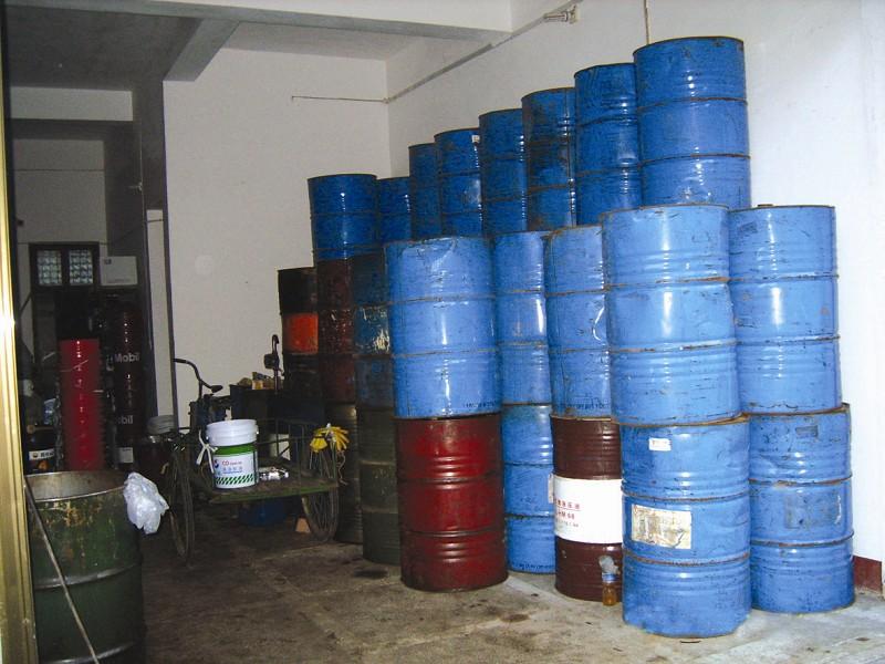 堆积许多大型油桶