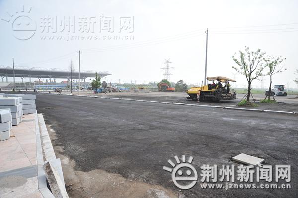 前广场的公交车停车场正在进行最后的收尾工程-荆州火车站万事俱备