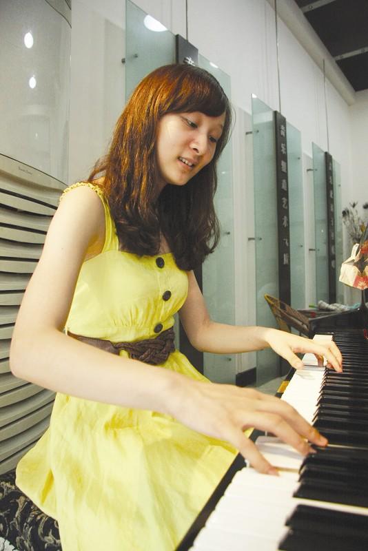 钢琴老师女孩唯美图片