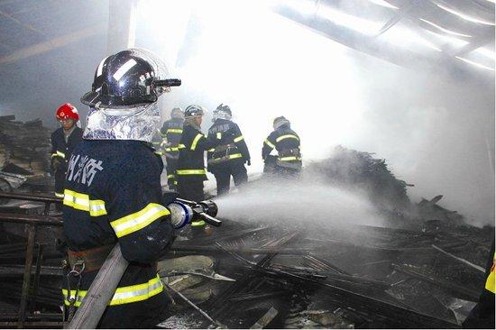 整个楼层的北边和中间的可燃物都被烧毁,地上满是纸箱,木材燃烧后的