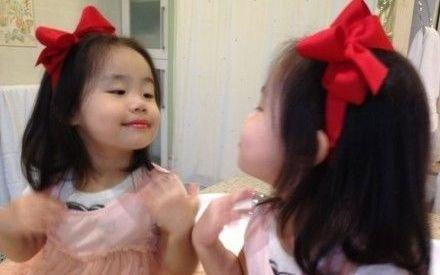 钟镇涛晒小女儿照片 戴蝴蝶结照镜子可爱爆棚