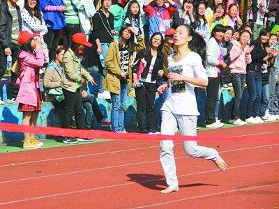 武汉高校赤脚妹光脚参加400米跑轻松夺冠