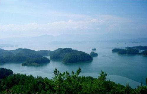 千岛湖风景区群山绵延,森林繁茂,绿视率100% ,湖区573平方公里的湖水