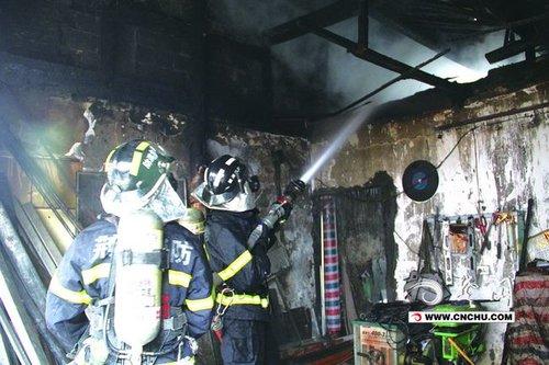 发生火灾的卡通房子