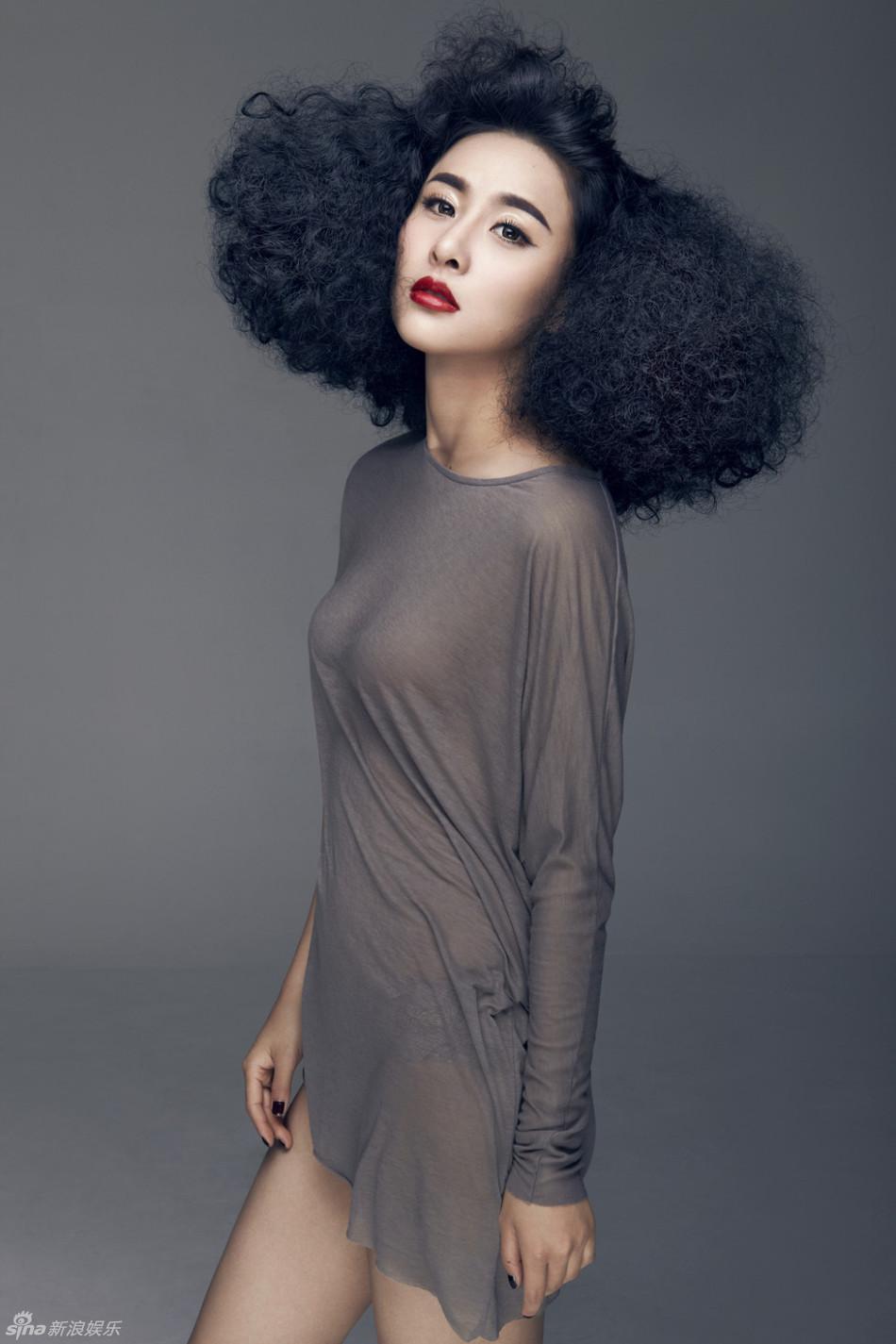 组图:贾青透视新写真夸张发型性感迷人