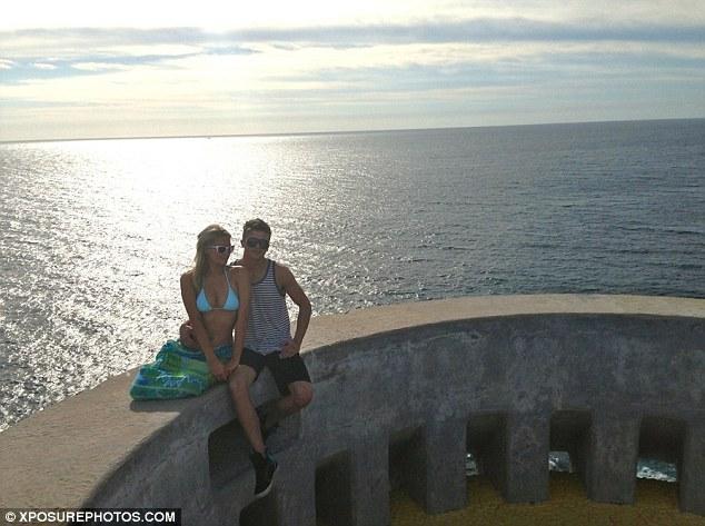 希尔顿与小男友恩爱度假 私人飞机上激吻