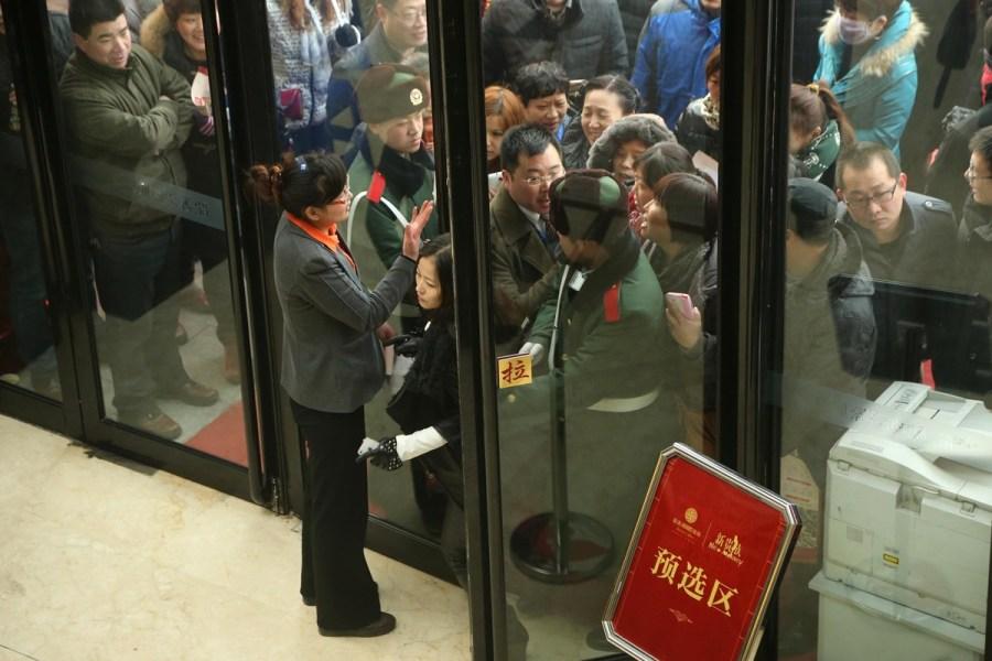 一对公安县农民工夫妇的回家路    1月26日,河南省焦作市一楼盘开盘图片