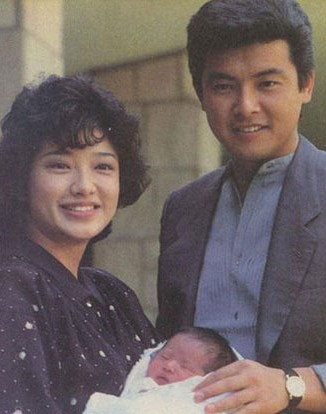 山口百惠抱着刚刚出生的佑太郎-陈凯歌宋丹丹巩汉林 明星们的帅儿子图片