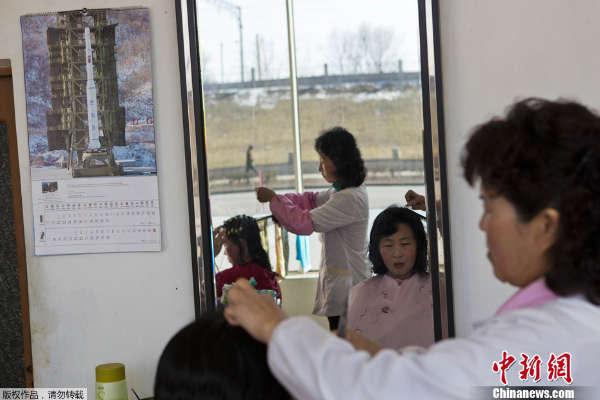 2月21日消息,朝鲜官方选出18种发型向女性推荐,男性则有10种选择.