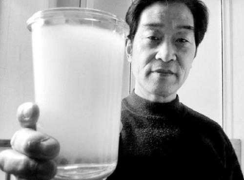将龙头流出奶白色的水盛入透明玻璃杯中,2分钟左右就变清澈.