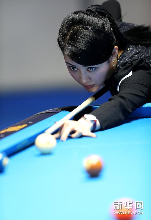 中国选手潘晓婷在台北举行的世界女子花式台球