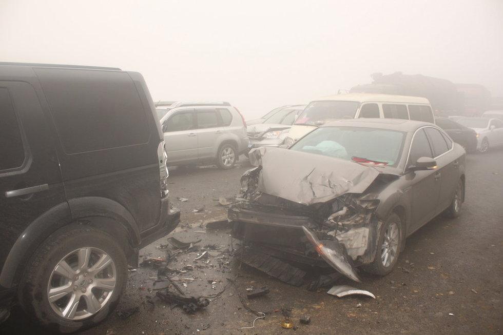 贵阳高速17辆车连环撞致2死1伤 多车自燃