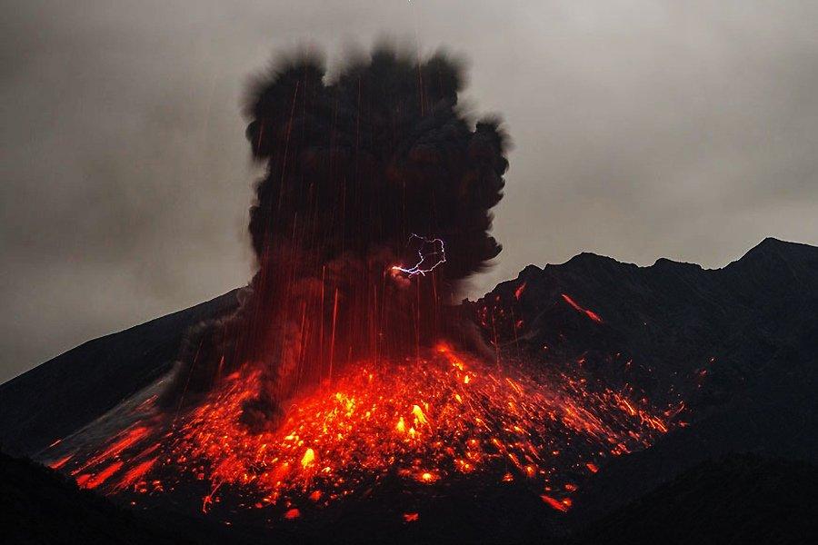 日本樱岛火山喷发现火山闪电景象【高清组图】