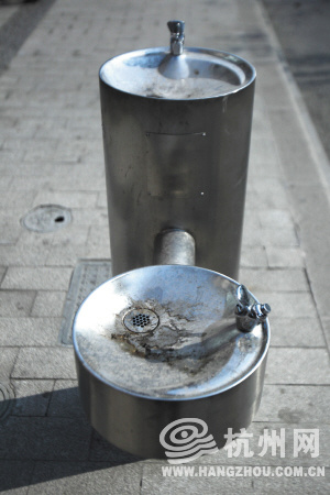 杭州路边直饮水机器被当垃圾桶 水质引担忧(图)图片