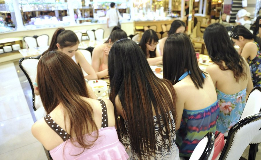 高校的学生 她们在网上看到穿比基尼