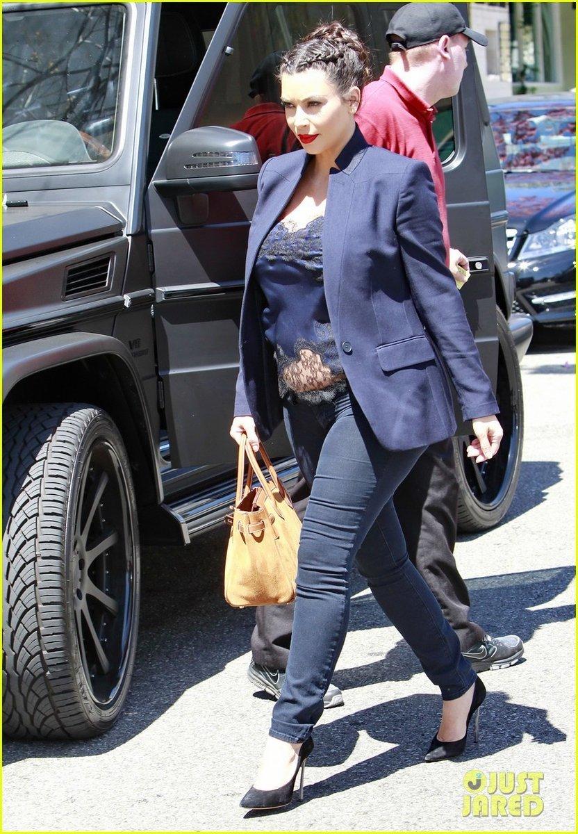 戴珊/金·卡戴珊穿着镂空上衣出街像是要秀出孕肚。...
