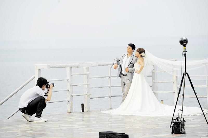 一家影楼的相关负责人就告诉记者,该影楼承接去三亚,青岛拍摄婚纱照的