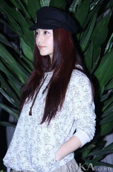 简单的帽衫上画着可爱的小熊,衬托恬静的范冰冰十分的青春俏丽.