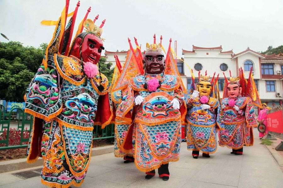 6月13日,福建莆田湄洲岛上,当地民众表演民俗欢迎台湾妈祖信众.
