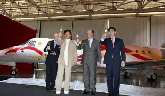 成龙斥资两亿购买的legacy650款型私人飞机首次对外展出,飞机内部构造