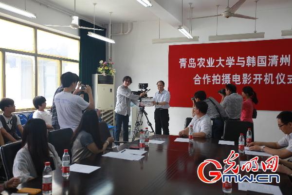 青岛农业大学校长李宝笃宣布合拍正式开机(摄影刘晓华)