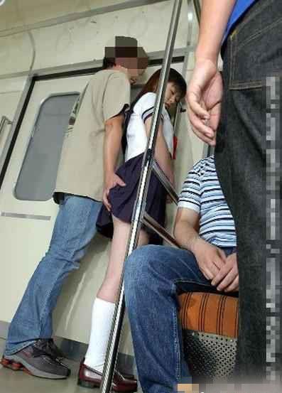 公交车遭遇咸猪手 荆州市民微博支招如何应对