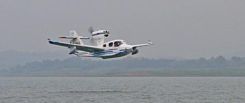 约20分钟后,飞机完成水面起降航线试飞,安全平稳着水,水上首飞成功.
