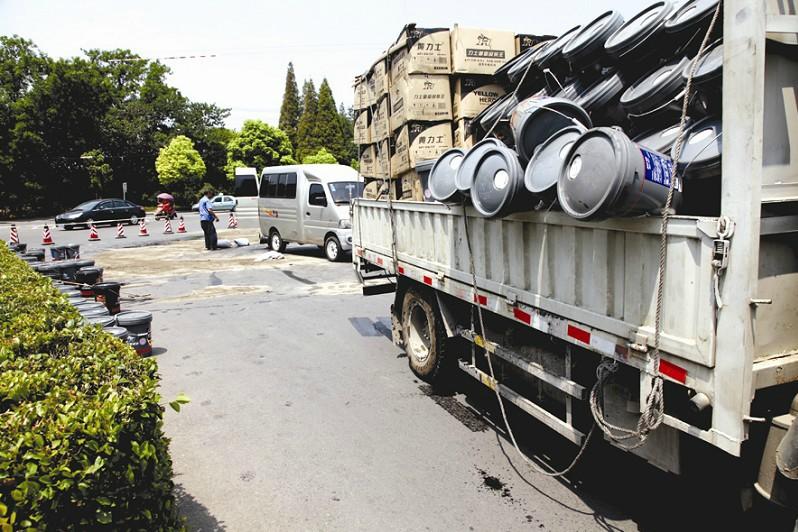 一装载润滑油货车转弯时甩掉油桶 润滑油洒满路面