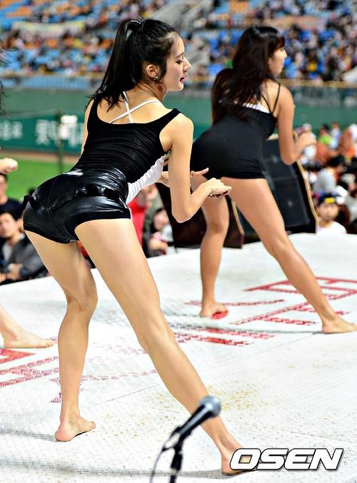 组图:韩国90后棒球女神齐臀裤热舞