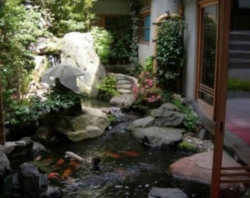 大面积露台装修效果图:一款以收纳为主的后院花园设计,内侧是一排竹