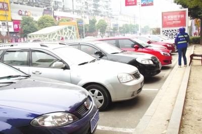 州不少停车收费员随口要价 可拨打4129100投诉