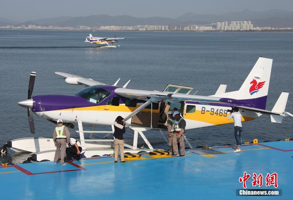 1月25日,中国首架民用水上飞机在海南三亚载客启航.