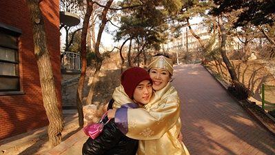 金秀贤与妈妈合照_而金秀贤与妈妈2008年的合照也被粉丝翻出