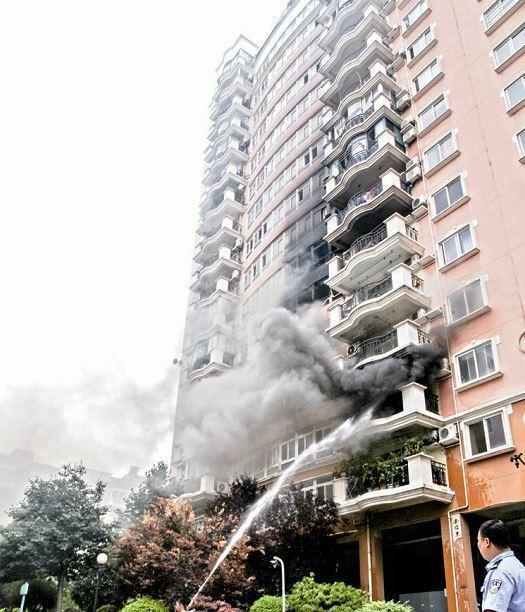 武汉一小区6楼着火殃及多楼层 疑电源爆炸所致