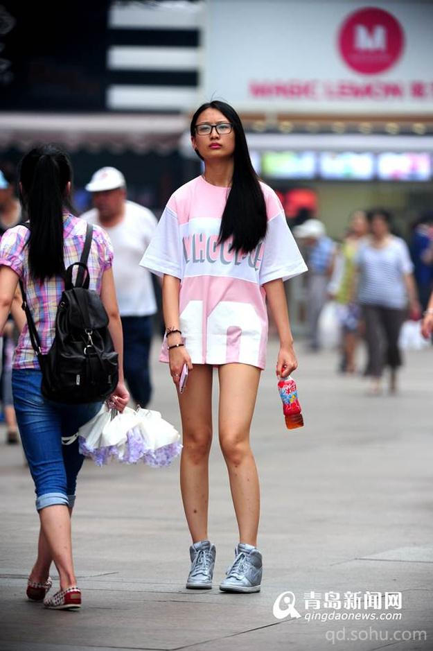 青岛气温一路飙升 街拍时尚美女清凉出行|组图