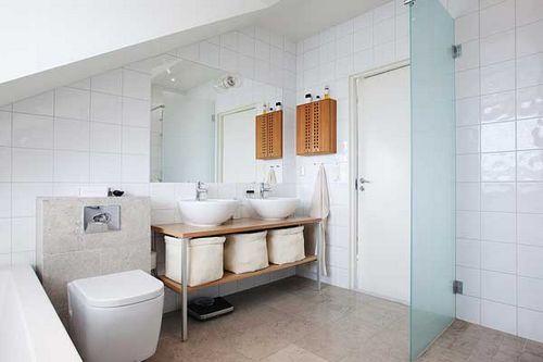 顶层斜顶阁楼装修:卫生间的设计也极其简单,白色和木色为主色调,